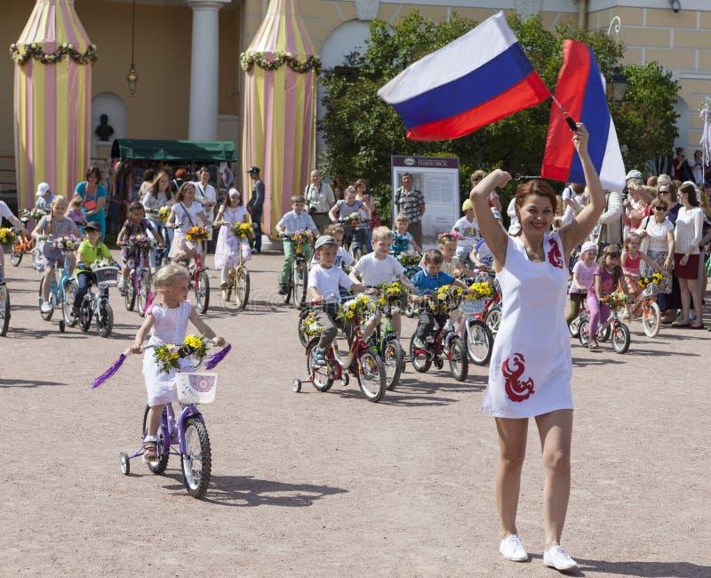 PAVLOVSK, RUSLAND - JULI 18, 2015: Foto van de parade van de Kinderenfiets royalty-vrije stock fotografie