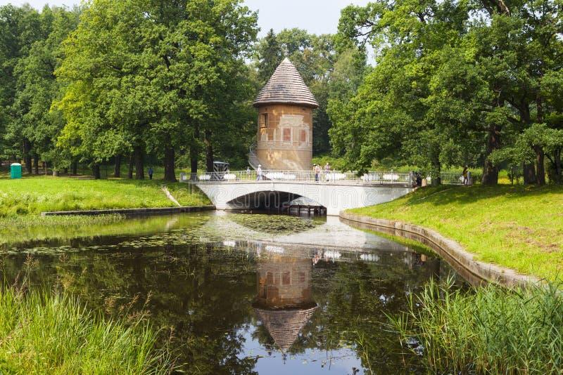 PAVLOVSK, RUSLAND - JULI 27, 2016: Foto van de Toren en de brug van Pele over de Slavyanka-Rivier royalty-vrije stock fotografie