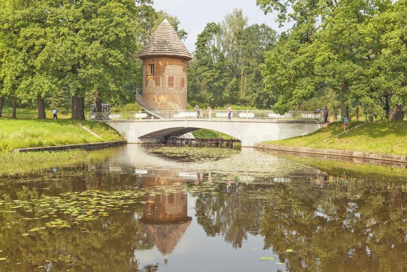 PAVLOVSK, RUSLAND - JULI 27, 2016: Foto van de Toren en de brug van Pele over de Slavyanka-Rivier stock afbeelding