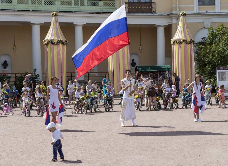 PAVLOVSK, RUSLAND - JULI 18, 2015: Foto van het Openen van de fietsparade van kinderen royalty-vrije stock afbeelding