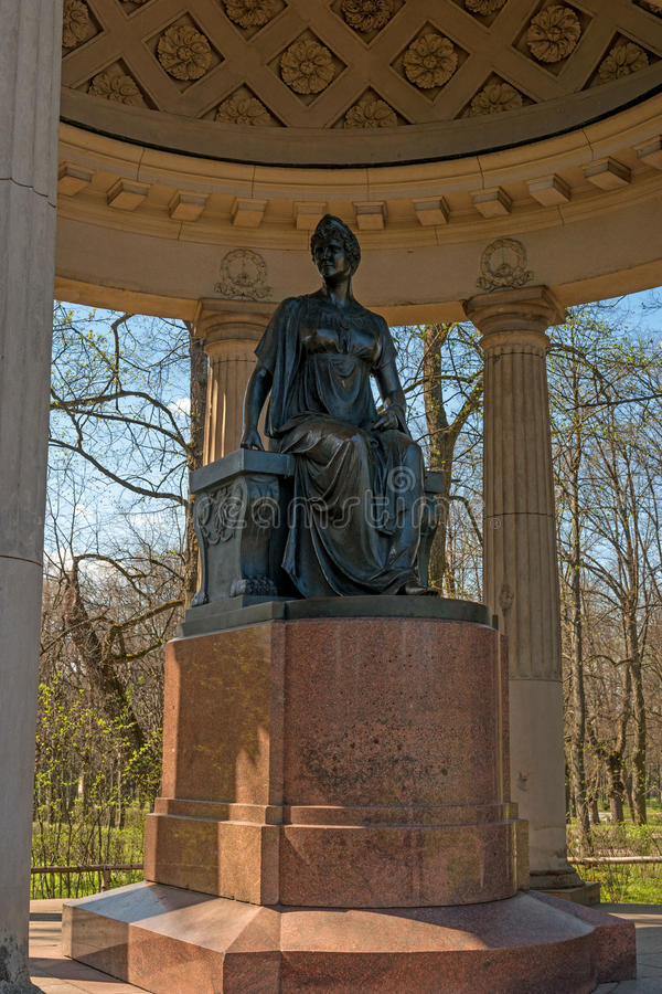 Pavlovsk, Rusland - Mei 6, 2016: Monument aan Keizerin Maria Feodorovna Paviljoen Rossi royalty-vrije stock foto