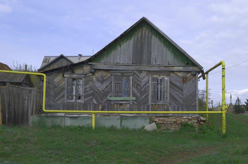 PAVLOVSK, RUSSIE - 25 AVRIL 2017 : la vieille maison en bois et le tuyau de gaz images stock