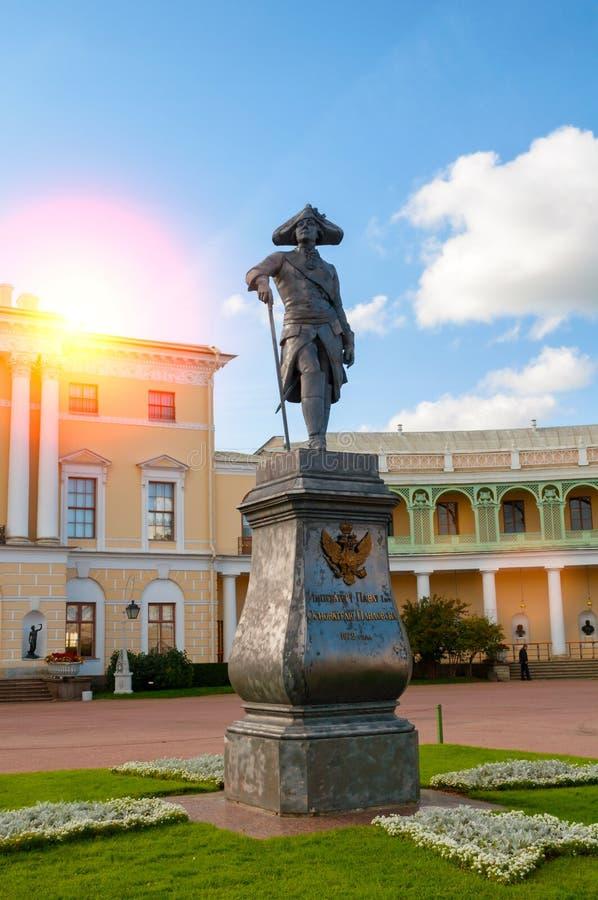Pavlovsk, Russland Monument zum Kaiser Paul I. vor Pavlovsk-Palast - Sommerpalast des Kaisers in Pavlovsk, Russland stockfotografie