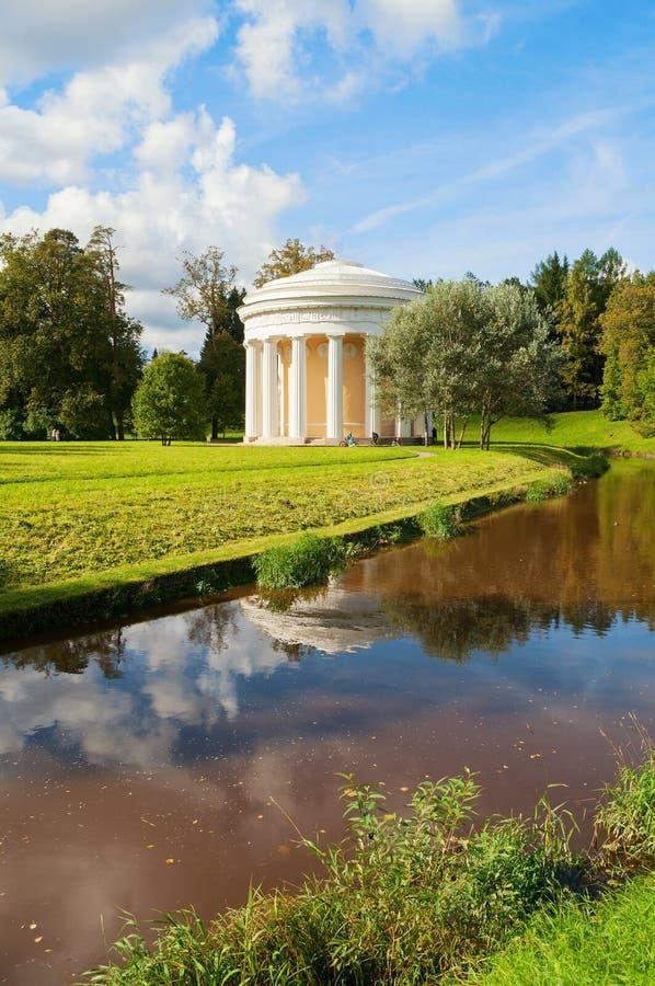 Pavlovsk, St Petersburg, Rosja Świątynia przyjaźń przy bankiem Slavyanka rzeka w Pavlovsk, St Petersburg, Rosja zdjęcie stock