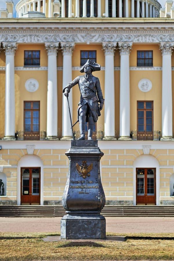 Pavlovsk, St. Petersburg, Rusland - 16 April 2018 het monument aan de stichter van Pavlovsk Pavel de Eerste stock foto's
