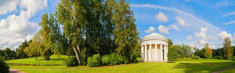 Pavlovsk, St. Petersburg, Rusland De Tempel van Vriendschap in Pavlovsk, St. Petersburg, Rusland, panoramamening stock foto