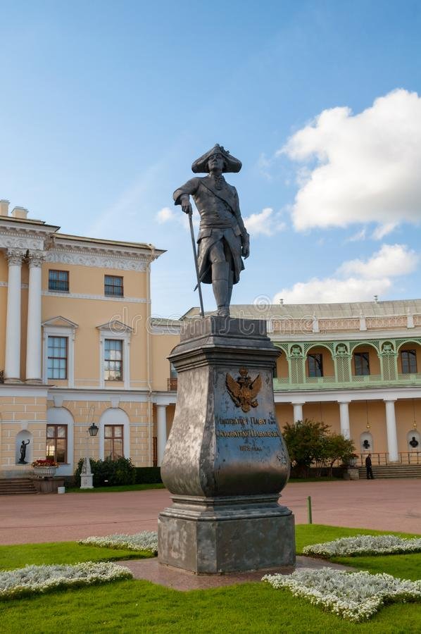 Pavlovsk, St. Petersburg, Rusland Monument aan keizer Paul I voor Pavlovsk Paleis stock afbeeldingen