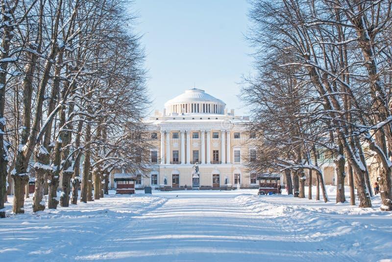 Pavlovsk, St Petersburg, Russia - 8 febbraio 2018: Vista del giorno gelido di febbraio del palazzo imperiale di Pavlovsk in Pavlo fotografie stock