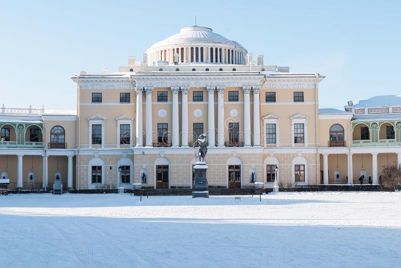 Pavlovsk, St Petersburg, Russia - 8 febbraio 2018: Vista del giorno imperiale di febbraio del palazzo di Pavlovsk in Pavlovsk, Ru immagini stock