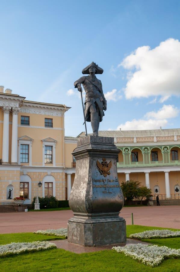 Pavlovsk, St Petersburg, Russland Monument zum Kaiser Paul I. vor Pavlovsk-Palast stockbilder