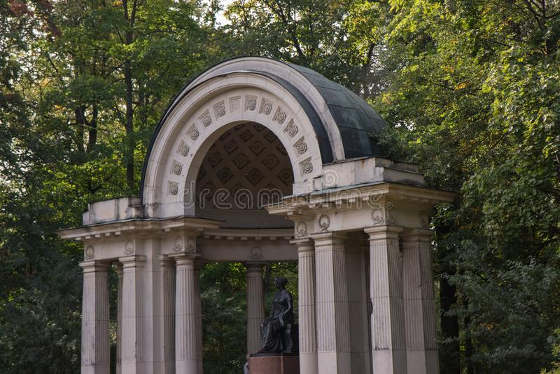 Pavlovsk, St Petersburg, Russland - 10. September 2018 Pavillon mit Monument zur Kaiserin Maria Fedorovna lizenzfreie stockfotos