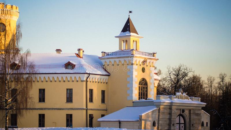 PAVLOVSK, ST PETERSBURGO, RUSIA - 21 de febrero de 2018: Vista al castillo de Bip en un día de la primavera El castillo fue const imagen de archivo libre de regalías