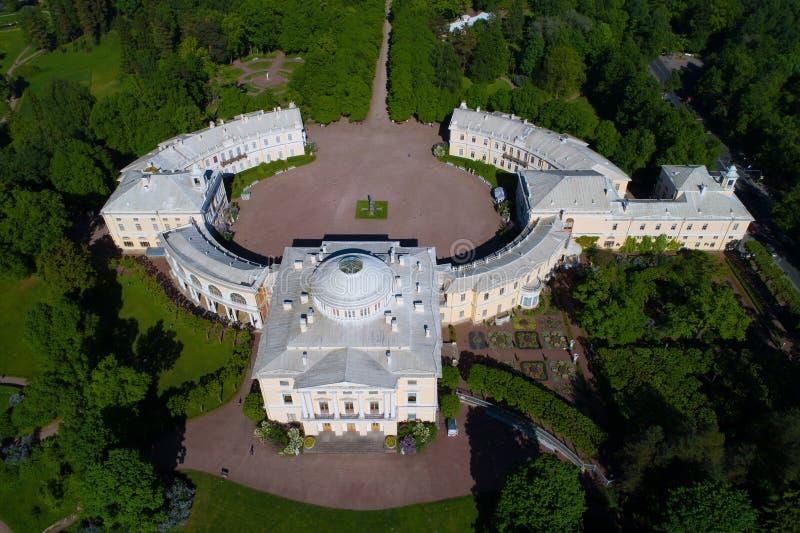 Pavlovsky pałac zakończenie słoneczny dzień powietrzna fotografia Sąsiedztwa St Petersburg, Rosja fotografia stock