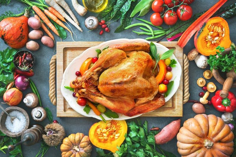Pavo de la carne asada de la acción de gracias con las frutas y verduras del otoño fotografía de archivo