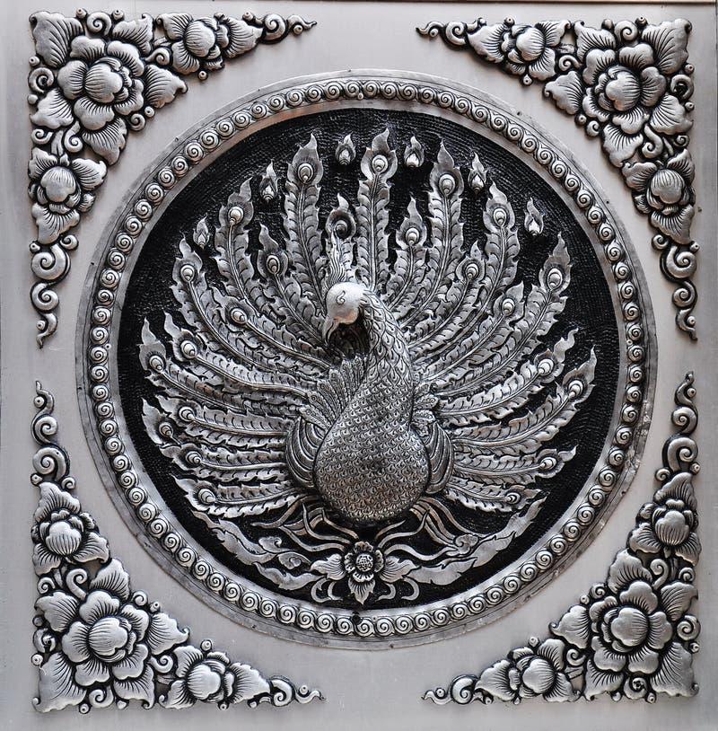 Pavo real de la demostración de la placa de la laca de la plata del grabado del capítulo fotos de archivo libres de regalías