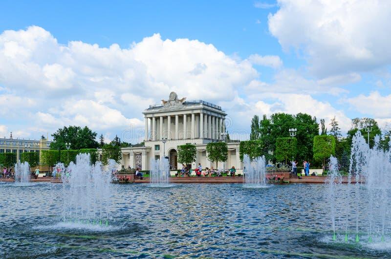 Pawilon 64 i Kamienna kwiat fontanna przy wystawą osiągnięcia narodowa gospodarka, Moskwa fotografia stock