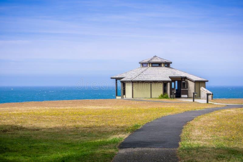 Pawilon na linii brzegowej Pacyficzny ocean zdjęcie royalty free
