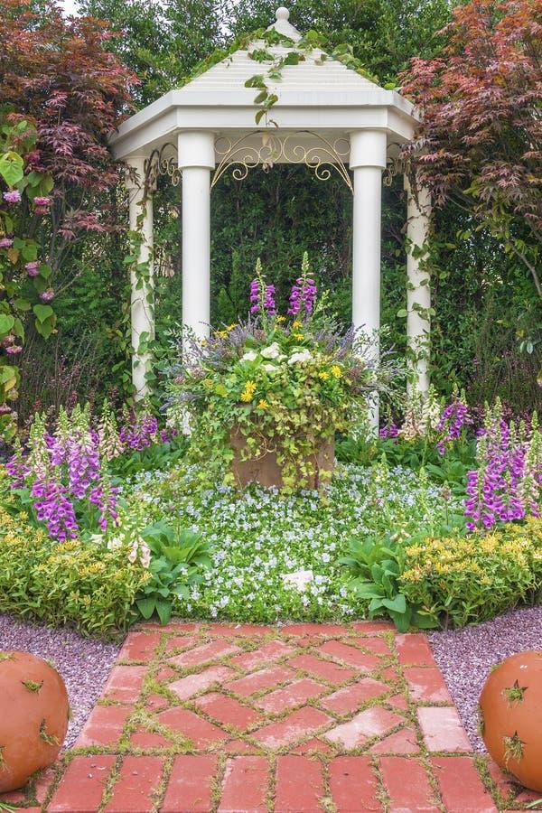 Pawilon w kwiatu ogródzie obraz royalty free