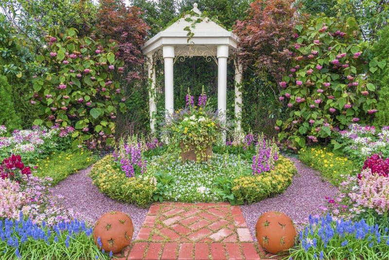 Pawilon w kwiatu ogródzie obrazy royalty free