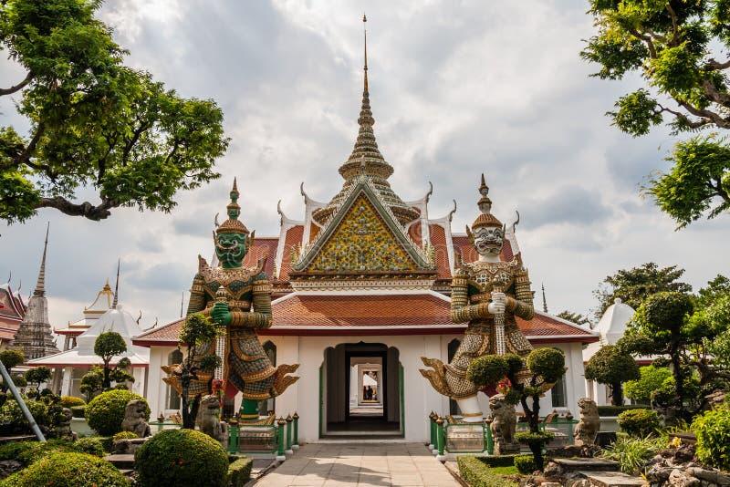 Pawilon z dwoma posągami thotsakhirithonów w drodze do Wat Arun z molo obraz royalty free