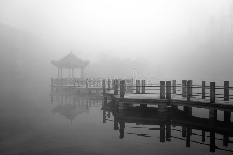 Antyczny pawilon w mgle zdjęcie stock