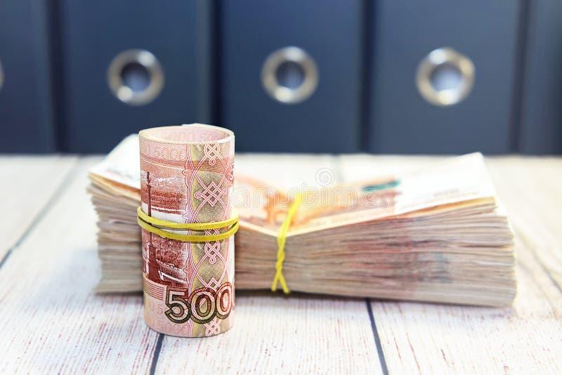 pay beskattar tid till Femtusen rubelräkningar royaltyfri fotografi