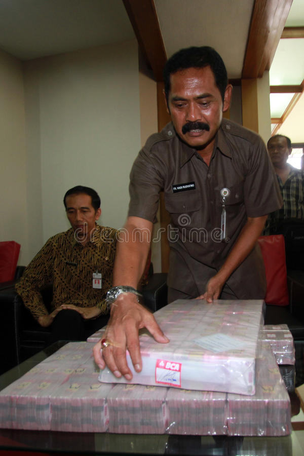 Pay electricity arrears. Jakarta Governor, Joko Widodo (left) pay arrears of electricity to PLN much as 9 Billion Rupiah when still serving as the Mayor of Solo stock images