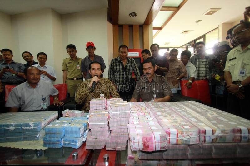 Pay electricity arrears. Jakarta Governor, Joko Widodo (middle) pay arrears of electricity to PLN much as 9 Billion Rupiah when still serving as the Mayor of stock images