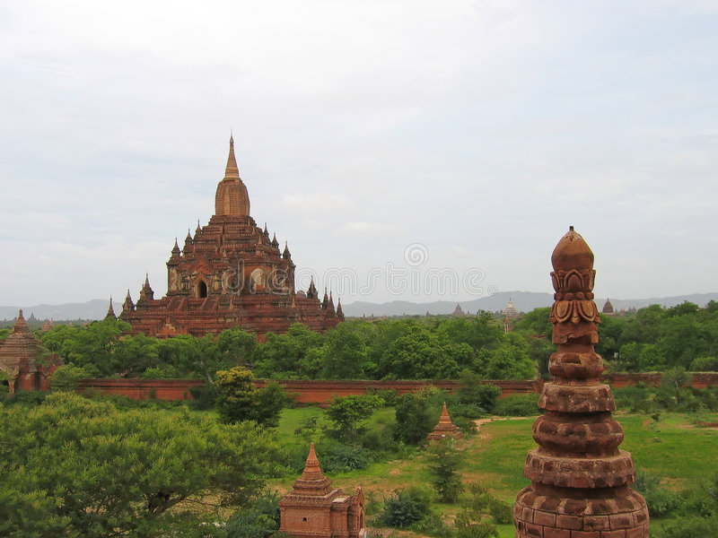 Paya buddista in rocce rosse, Bagan, Myanmar fotografie stock libere da diritti