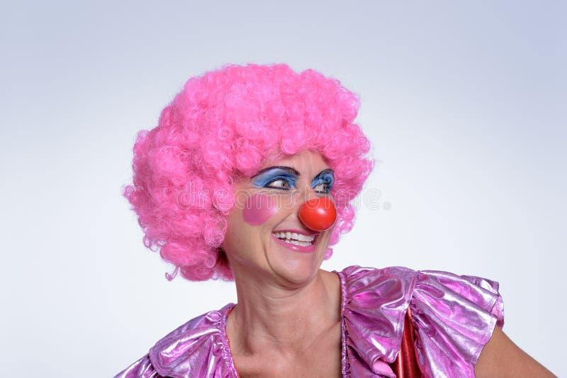 Payaso de sexo femenino envejecido centro Smiling Into la distancia imagen de archivo