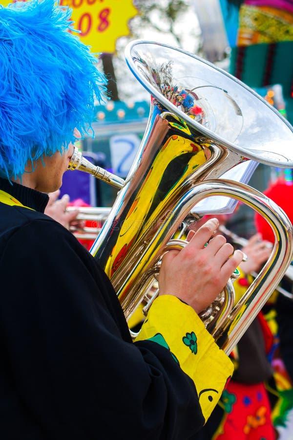 Payaso del músico que juega la tuba fotos de archivo