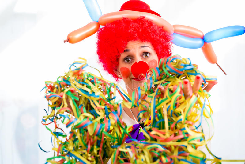 Payaso divertido en partido o carnaval imagenes de archivo