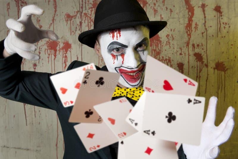Payaso malvado que juega con las tarjetas del póker foto de archivo libre de regalías