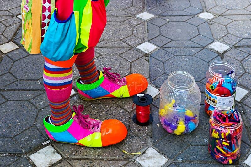 Payaso y tarros con los globos coloridos fotografía de archivo libre de regalías
