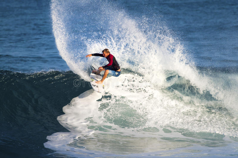 Payne poussiéreux d'Hawaï, surfant à outre du mur photo stock
