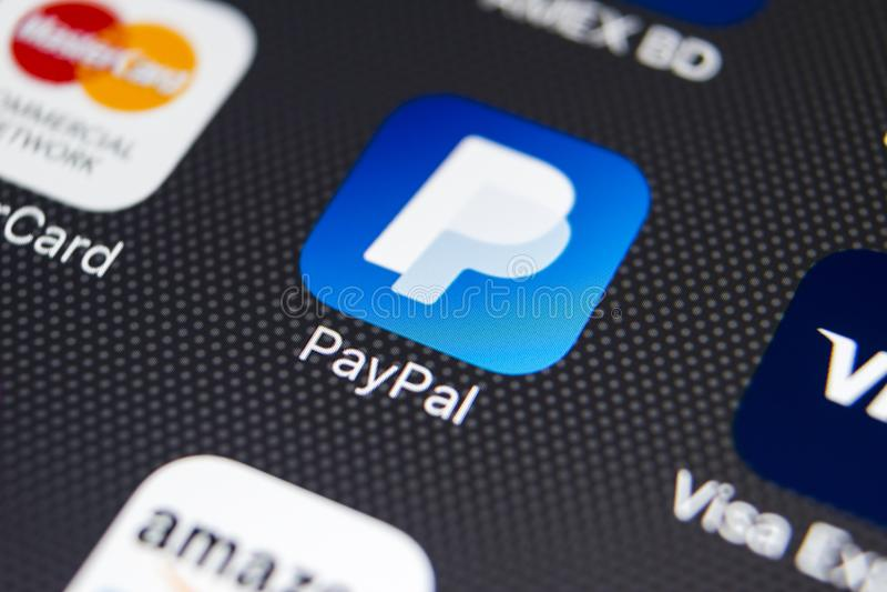 PayPal在苹果计算机iPhone 8智能手机屏幕特写镜头的应用象 PayPal app象 PayPal是网上电子付款 免版税库存图片