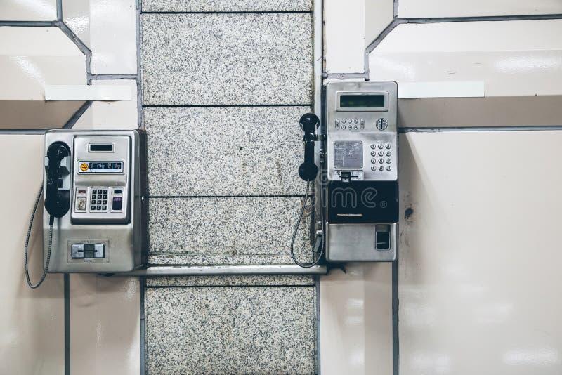 Payphones inom byggnad royaltyfria foton