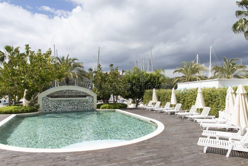 Paysage à extrémité élevé de piscine d'hôtel photographie stock