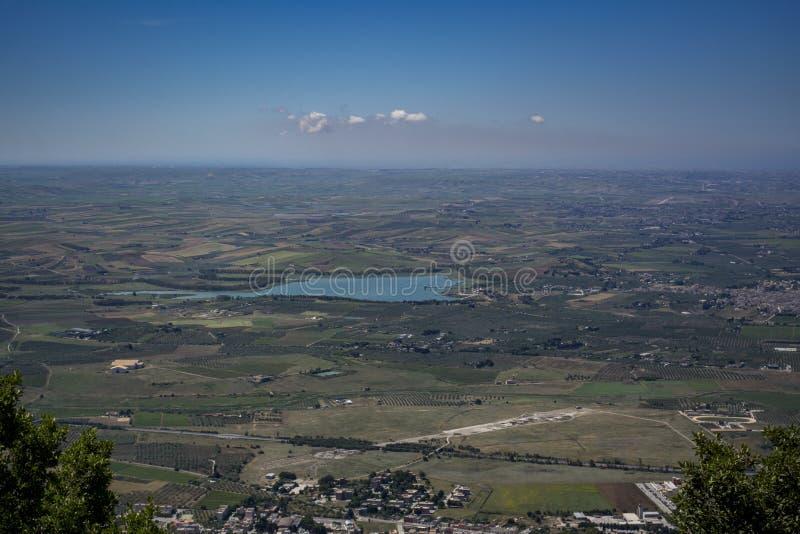 Paysage élevé de vue de la Sicile avec le lac azuré images stock