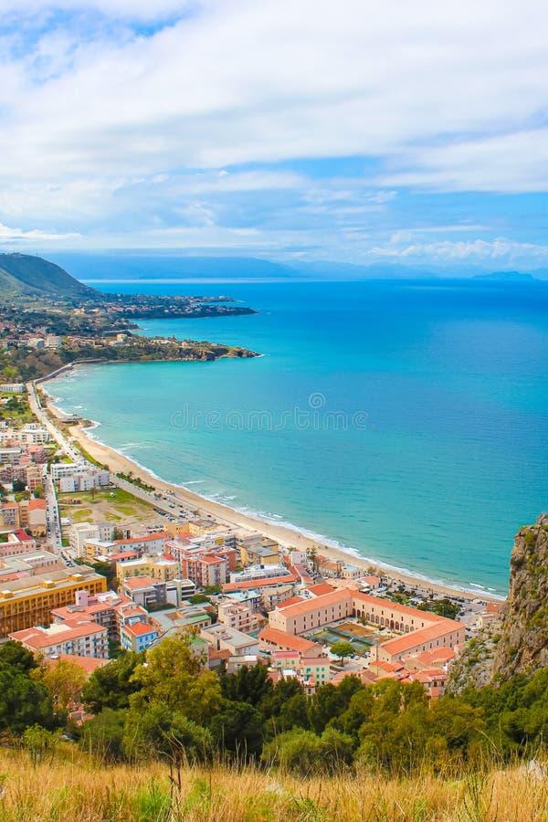 Paysage ?tonnant autour de village c?tier Cefalu en italien Sicile prise de ci-dessus de la roche adjacente donnant sur la baie photos stock