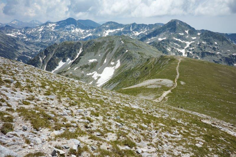 Paysage étonnant avec la traînée pour monter une crête de Vihren, montagne de Pirin image stock