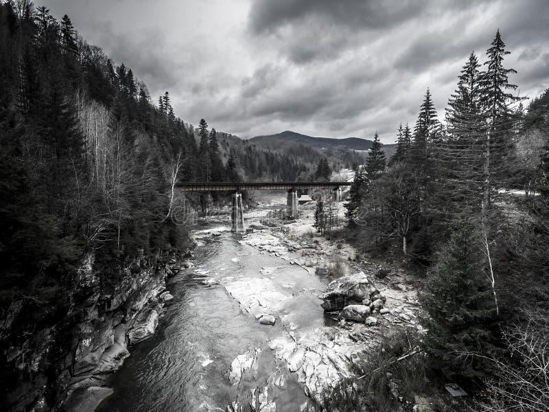 Paysage étonnant de montagne avec le pont au-dessus de la rivière image stock