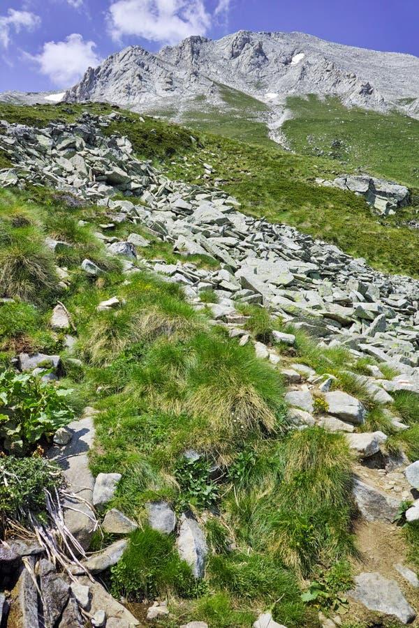 Paysage étonnant de montagne de Pirin et de la traînée pour monter une crête de Vihren, montagne de Pirin image libre de droits