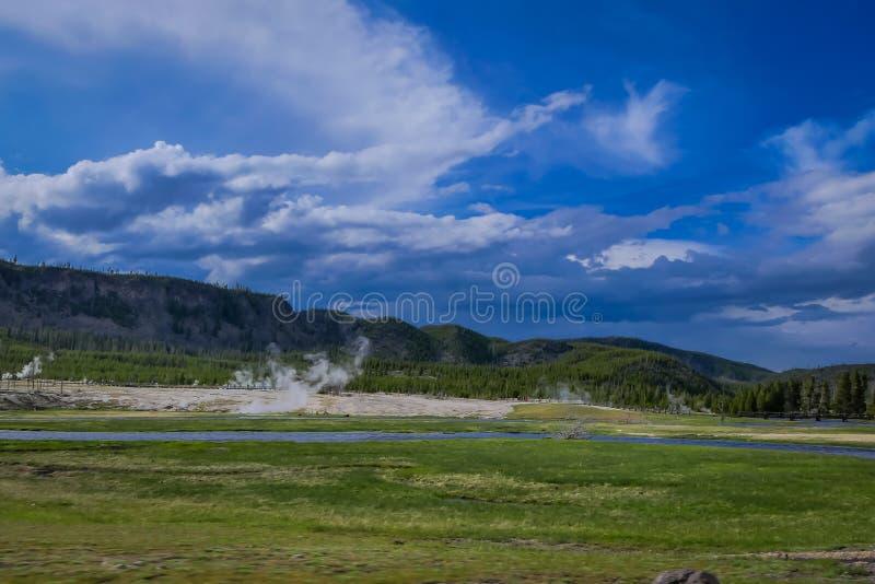 Paysage étonnant de traversée de la rivière près de petits geysers, Hot Springs, et conduits en Norris Geyser Basin, Yellowstone images stock