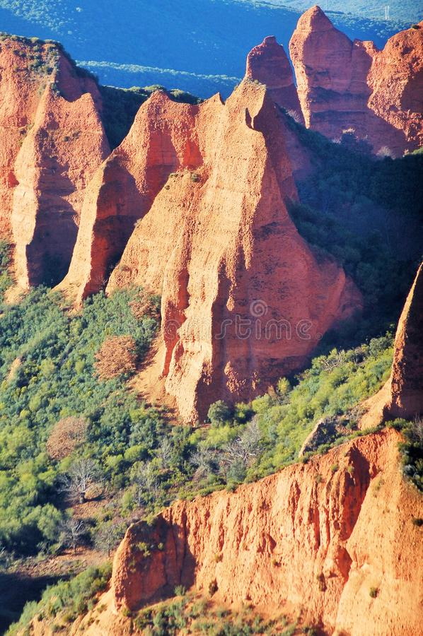 Paysage étonnant des montagnes oranges Mines romaines antiques image stock