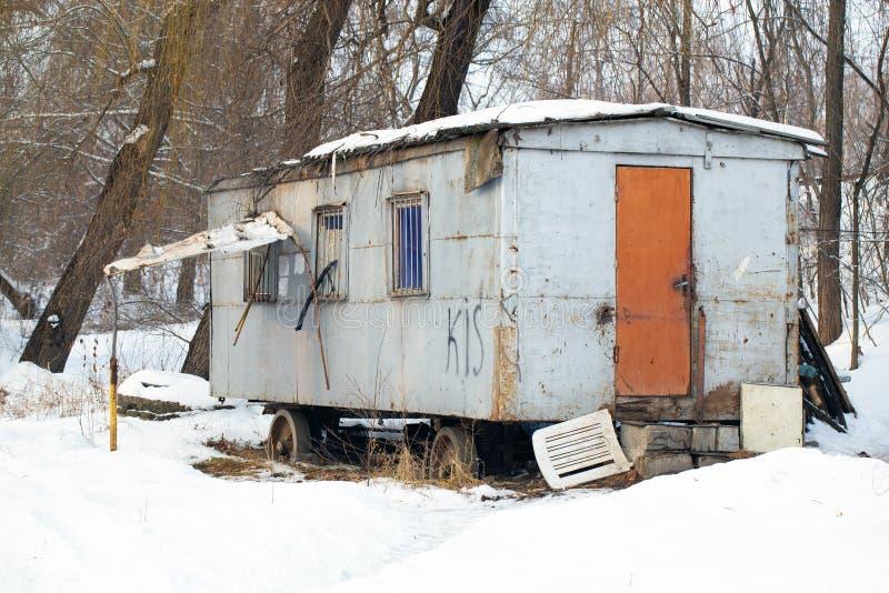 Paysage abandonné d'hiver de remorque photos stock