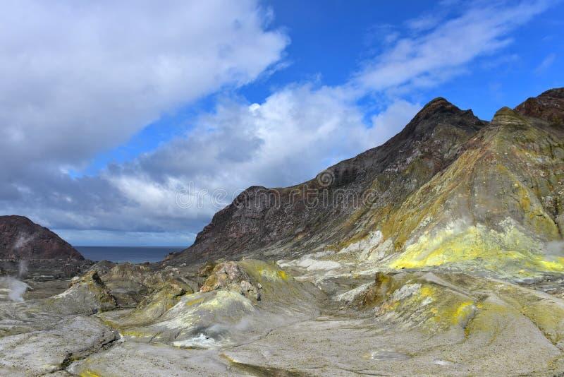 Paysage accidenté de White Island, le volcan du cône le plus actif de Nouvelle-Zélande photos stock