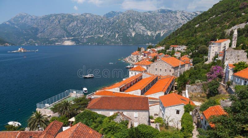 Paysage adriatique de ville côtière. Baie de Kotor image libre de droits