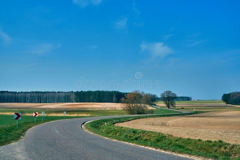 Paysage agricole de forêt et de route goudronnée photos stock