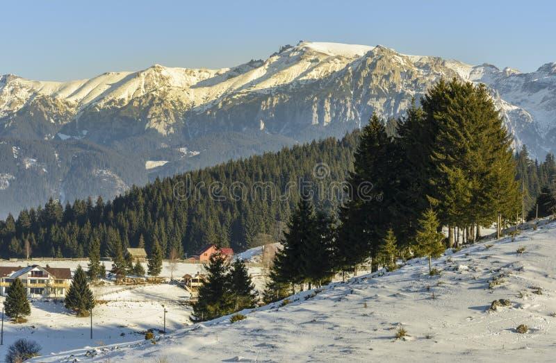 Paysage alpin d'hiver dans Fundata, Brasov, Roumanie photos libres de droits